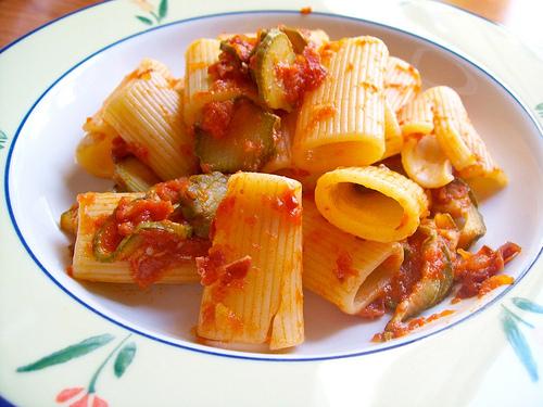 Rigatoni speck pomodoro e zucchine